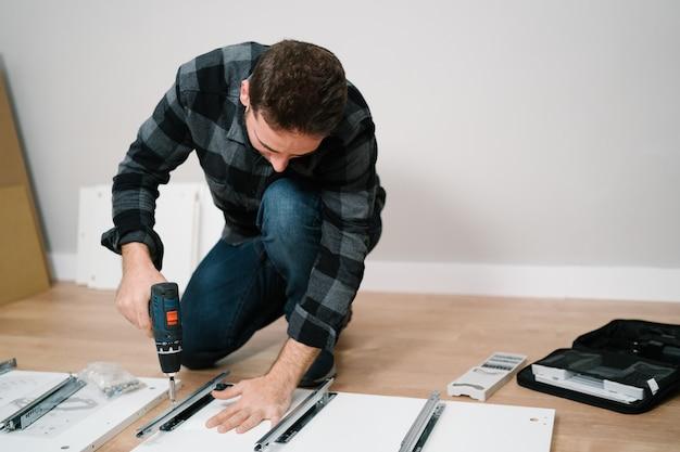 Portret mężczyzny, montaż mebli. zrób to sam montaż mebli.