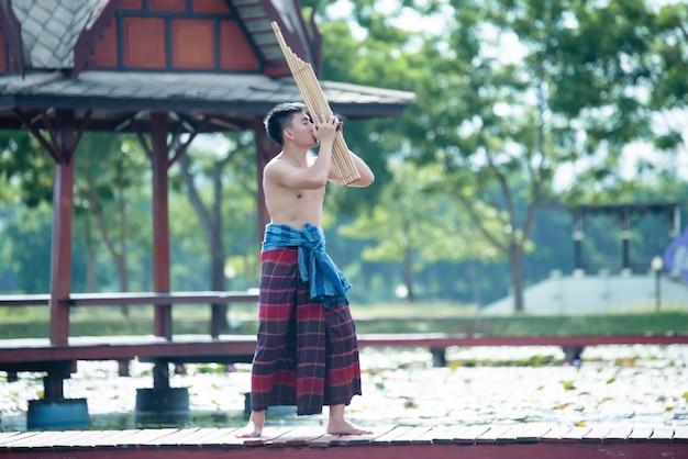 Portret mężczyzny muzyki tajlandii w stroju ludowym stylu