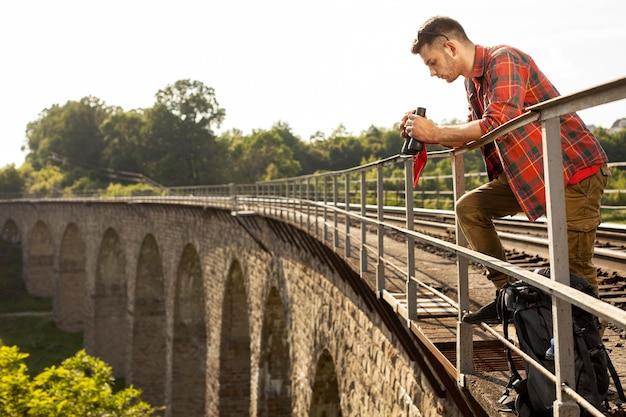 Portret mężczyzny na moście z lornetką