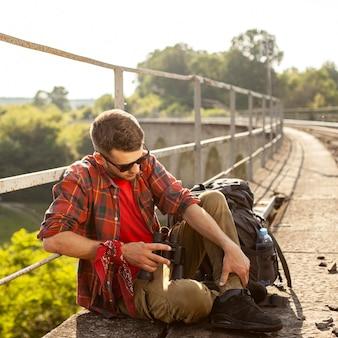 Portret mężczyzny na moście z obuocznym odpoczynku
