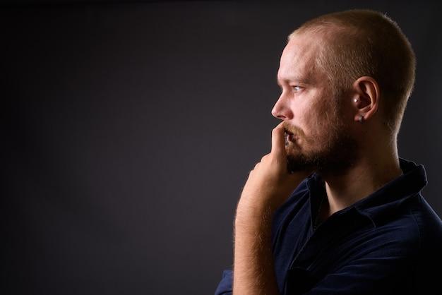 Portret mężczyzny na szaro