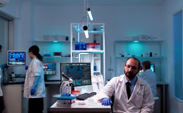 Portret mężczyzny naukowca w laboratorium badawczym, szukam