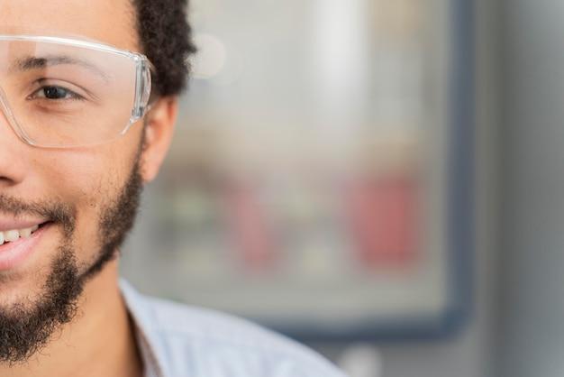 Portret mężczyzny noszącego okulary ochronne z miejsca na kopię