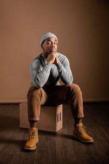 Portret mężczyzny noszenia czapki siedzi