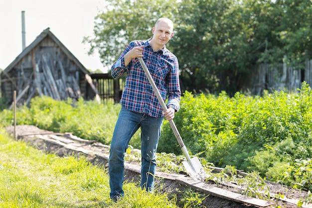 Portret mężczyzny ogrodnictwa w swoim ogrodzie