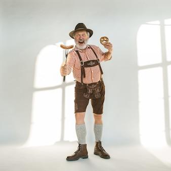 Portret mężczyzny oktoberfest noszącego tradycyjne bawarskie ubrania
