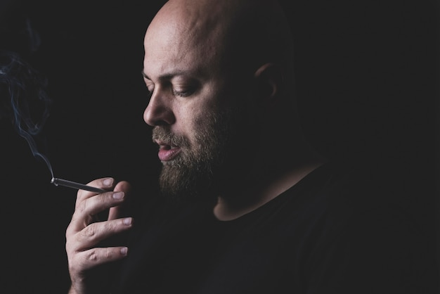 Portret mężczyzny palenia