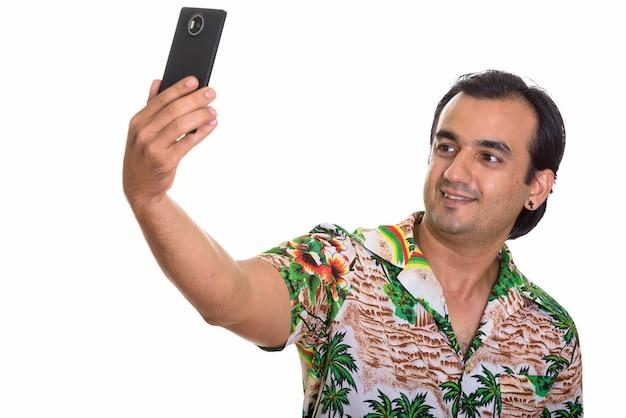 Portret mężczyzny perskiego turysty za pomocą telefonu gotowy na wakacje