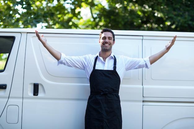 Portret mężczyzny pewność dostawy z rozpostartymi ramionami