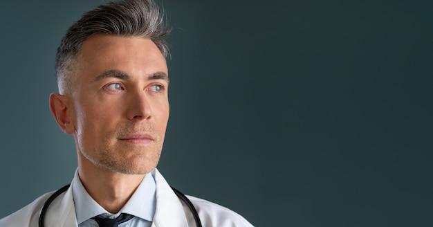 Portret mężczyzny pracownika służby zdrowia z miejsca na kopię