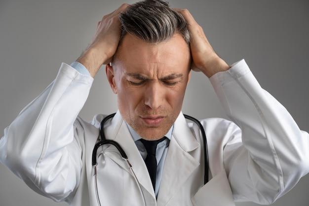 Portret mężczyzny pracownika służby zdrowia