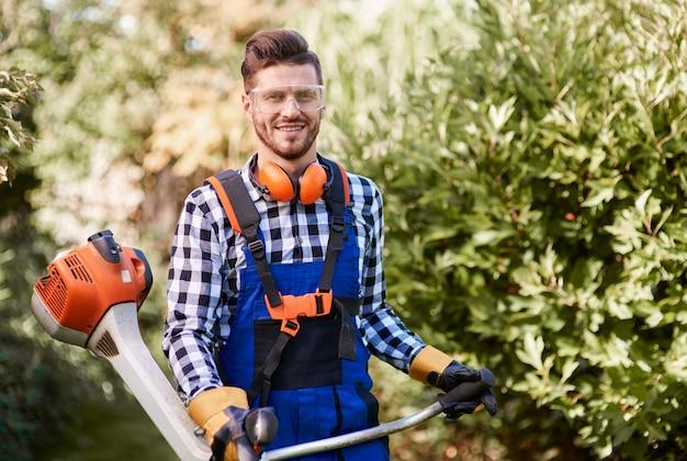 Portret mężczyzny pracującego z chwastem