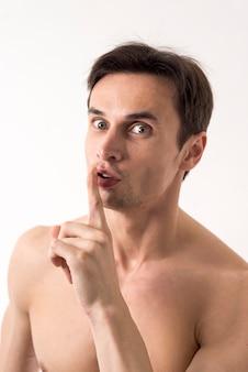 Portret mężczyzny proszącego o ciszę
