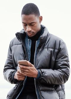 Portret mężczyzny rowerzysta za pomocą swojego telefonu komórkowego