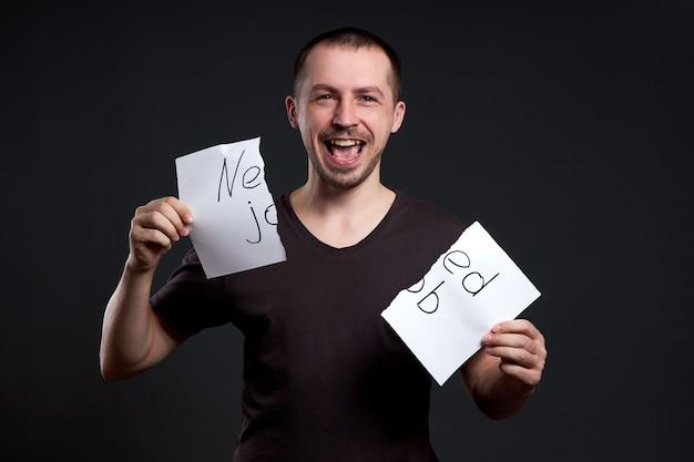 Portret mężczyzny rozrywającego napis na papierze potrzebuje pracy