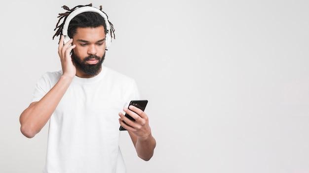 Portret mężczyzny, słuchanie muzyki