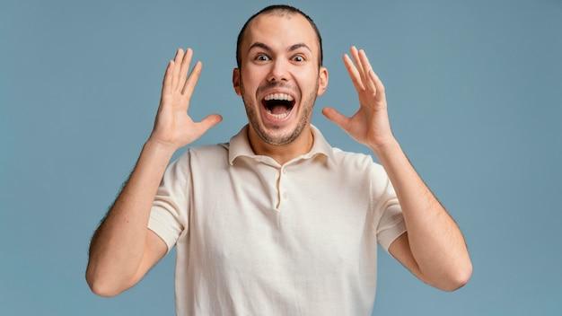 Portret mężczyzny śmiejącego się