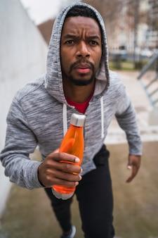 Portret mężczyzny sportu działa na schodach na zewnątrz. koncepcje fitness, sportu i zdrowego stylu życia.