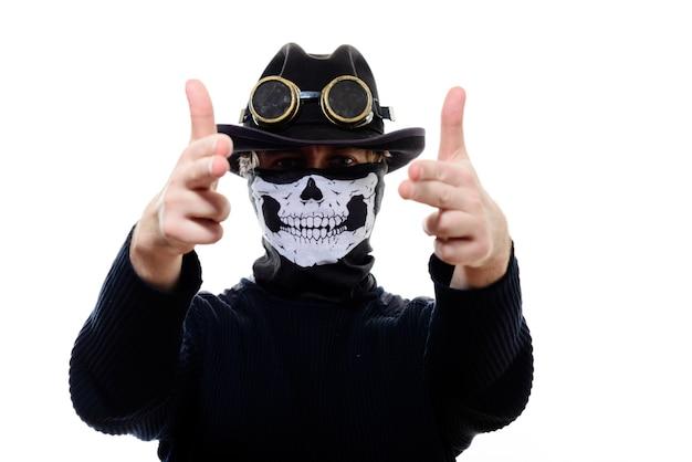 Portret mężczyzny steampunk w szkielecie kapelusz i maska na białym tle