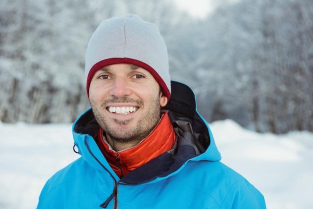 Portret mężczyzny stojącego na śnieżny krajobraz