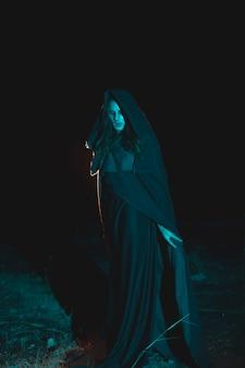 Portret mężczyzny stojącego w ciemności