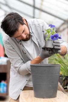 Portret mężczyzny uprawiającego rośliny