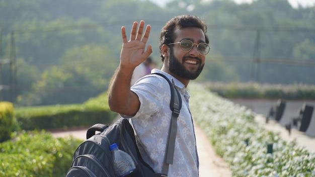 Portret mężczyzny uśmiechającego się i mówiącego do widzenia