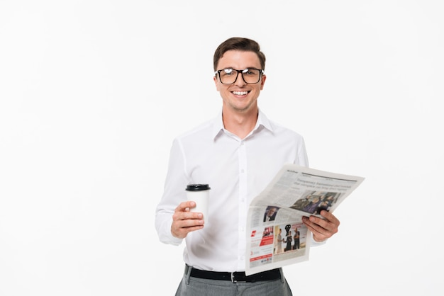 Portret mężczyzny w białej koszuli i okularach