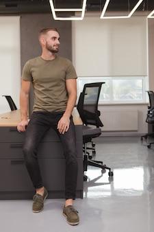 Portret mężczyzny w biurze