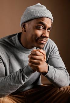 Portret mężczyzny w czapce ze znakiem modlitwy