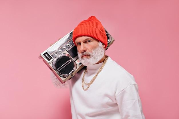 Portret mężczyzny w czerwonym kapeluszu trzymającego gramofon