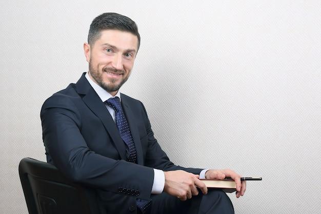 Portret mężczyzny w garniturze, odnoszącego sukcesy biznesu