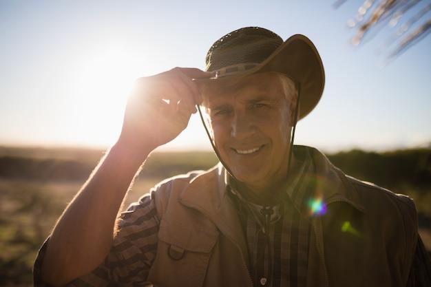 Portret mężczyzny w kapeluszu w słoneczny dzień