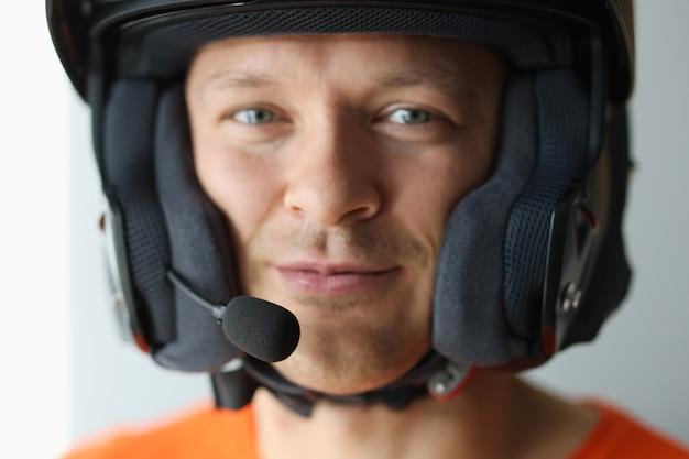 Portret mężczyzny w kasku z mikrofonem do zbliżenia komunikacji bez użycia rąk