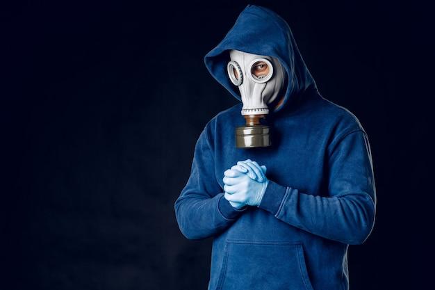 Portret mężczyzny w masce gazowej. panika podczas kwarantanny. koncepcja pandemii koronawirusa