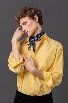 Portret mężczyzny w modnej koszuli