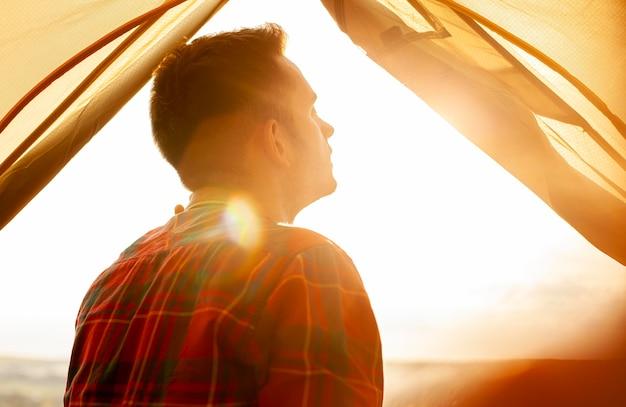 Portret mężczyzny w namiocie kempingowym