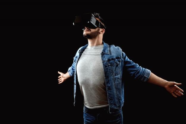 Portret mężczyzny w okularach wirtualnej rzeczywistości, vr, na ciemnym tle.