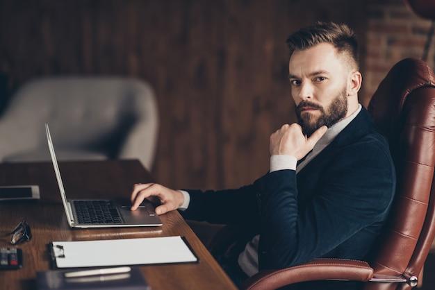 Portret mężczyzny w pracy biurowej