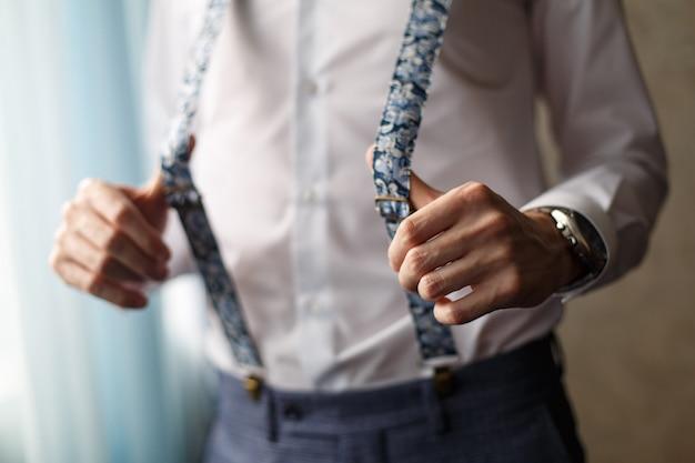 Portret mężczyzny w spodniach z szelkami