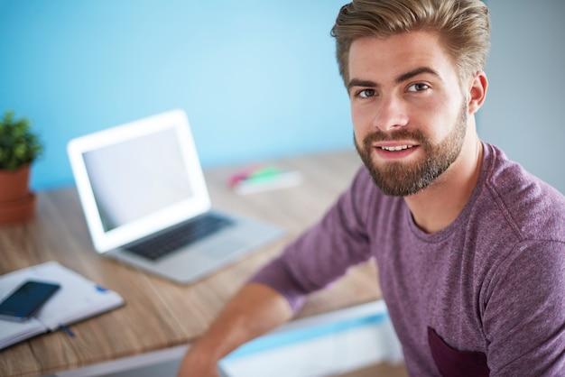 Portret mężczyzny w swoim domowym biurze