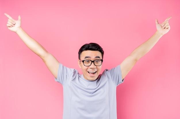 Portret mężczyzny z azji stwarzających z wieloma wyrazami