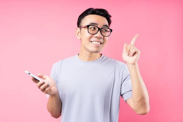 Portret mężczyzny z azji za pomocą smartfona