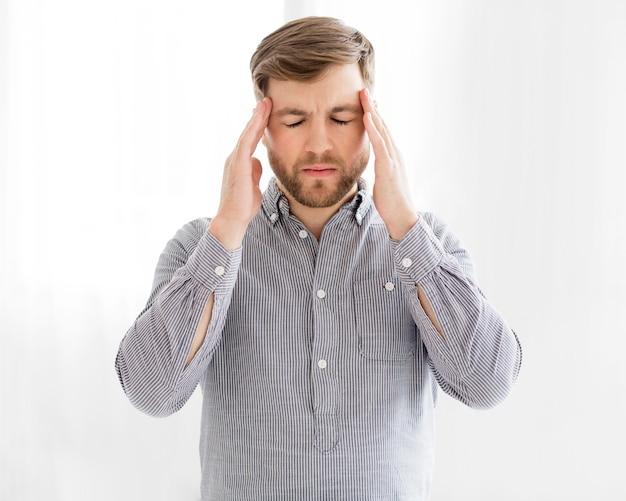 Portret mężczyzny z bólem głowy