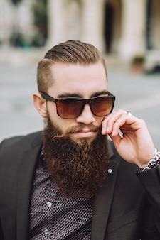 Portret mężczyzny z brodą w okularach