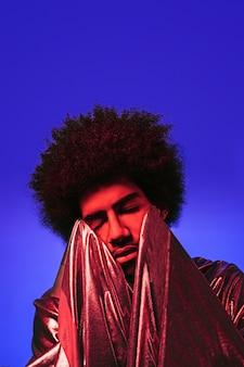 Portret mężczyzny z fioletowym tłem