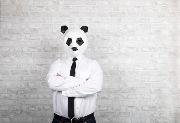 Portret mężczyzny z maską miś panda