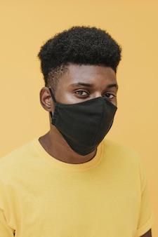 Portret mężczyzny z maską