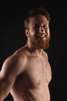 Portret mężczyzny z nagą piersią