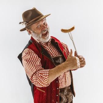 Portret mężczyzny z oktoberfest, noszącego tradycyjne bawarskie stroje